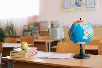 Accesorios de la escuela y la manzana poner en el escritorio