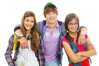 Adolescente abrazando a sus mejores amigas