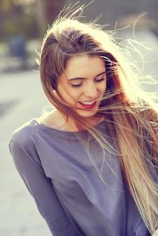 Adolescente adorable riendo con los ojos cerrados
