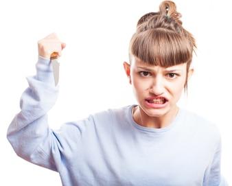 Adolescente agresiva con un cuchillo