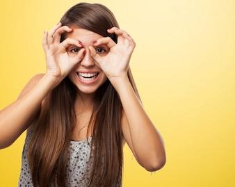 Adolescente alegre jugando con sus manos
