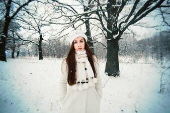 Adolescente con gorro y bufanda de lana en un clima frío