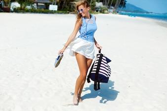 Adolescente encantadora riéndose en la playa
