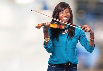 Adolescente feliz tocando el violín