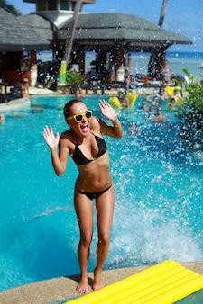 Adolescente loca debido a las salpicaduras de agua