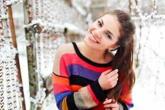 Adolescente sonriente con coleta y jersey