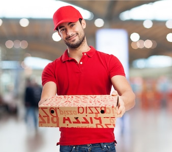 Adolescente sonriente sujetando dos pizzas
