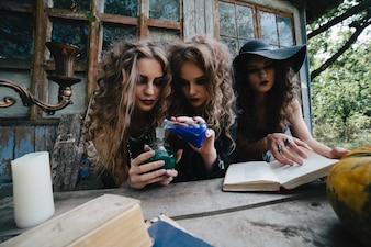 Adolescentes espeluznantes experimentando con pociones