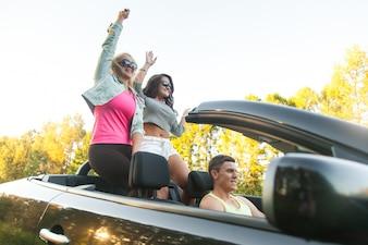 Adolescentes pasándolo bien con el coche