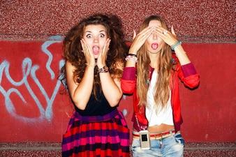 Adolescentes poniendo caras divertidas