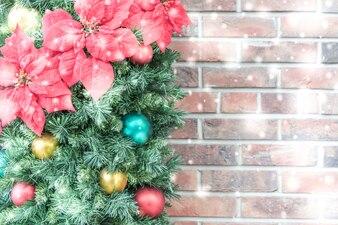 Adorno de navidad con bolas de colores y una pared de ladrillos