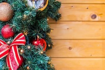 Adornos navideños en las ramas de un pino