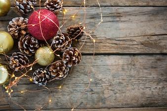 Adornos navideños sobre una mesa de madera