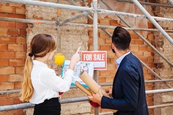Agente inmobiliario en sitio de construcción