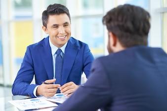 Agradable reunion entre hombres de negocios