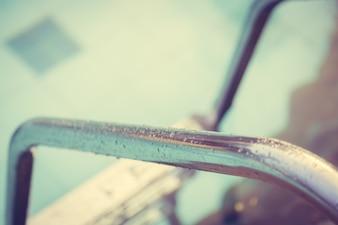 Agua sobre una barra de metal