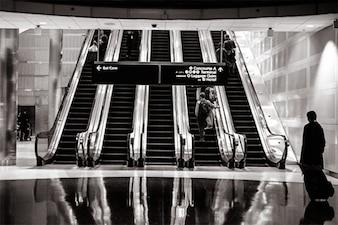 Interior del aeropuerto en blanco y negro