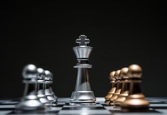 Ajedrez fotografiado en tablero de ajedrez mientras el juego comienza.