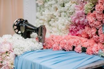 Alfombra de flores bajo la máquina de coser