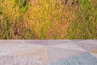 Alfombra mesa vacía con fondo de hierba