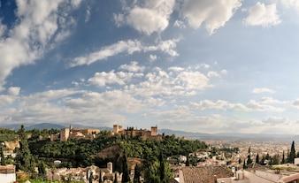 Alhambra y granada con el cielo azul