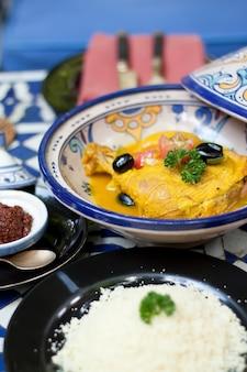 Alimentos indios, curry de pollo amarillo con salsa y arroz