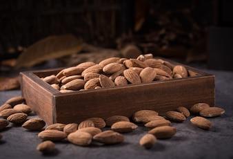 Almendras en una caja de madera