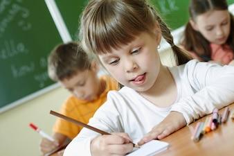 Alumna sujetando un lápiz de color