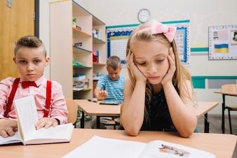 Alumnos que estudian en la lectura de la clase