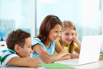 Alumnos trabajando juntos en un ordenador