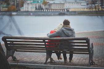 Amantes sentados en un banco