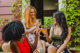 Amigas brindando con vino