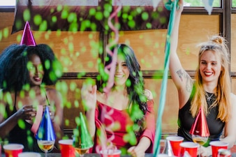 Amigas celebrando con confeti
