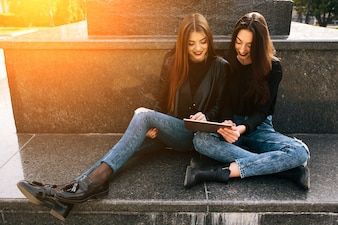 Amigas mirando una tableta