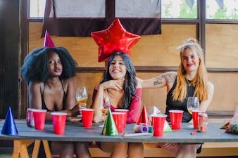 Amigas sonrientes en fiesta de cumpleaños
