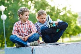 Amigo de la infancia de ocio al aire libre colegial