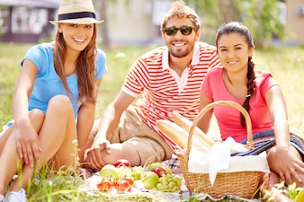 Amigos alegres de picnic al aire libre