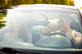 Amigos en un coche descapotable