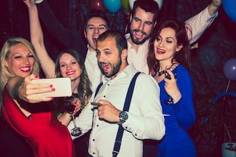 Amigos haciéndose un selfie en la fiesta