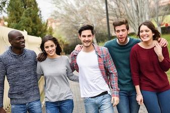 Amigos paseando al aire libre