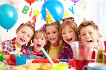 Amigos riendo en una fiesta de cumpleaños