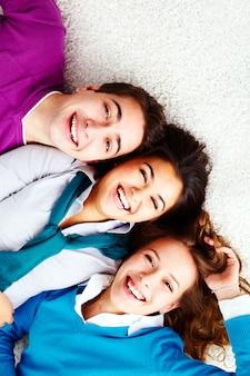 Amigos sonrientes con jerséis