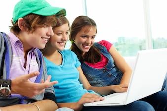 Amigos viendo un vídeo divertido en el ordenador