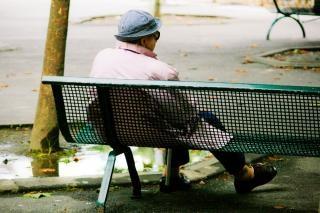 anciana sentada en el banco