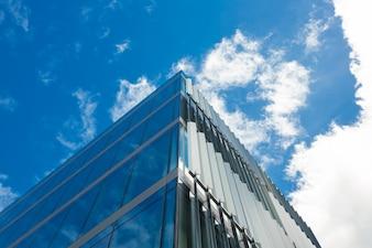 Ángulo de visión baja del edificio de oficinas