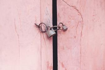 Antiguo candado en la puerta de madera