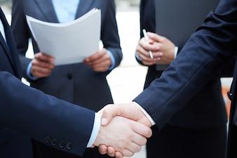 Apretón de manos de ejecutivos saludándose