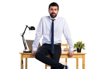 Apuesto hombre de negocios en su oficina