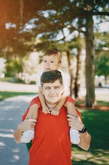 Apuesto joven padre con un hijo joven
