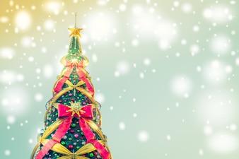 Árbol de navidad con lazos grandes en un fondo azul con luces